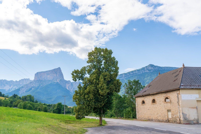 アヌシー近くの山の風景写真