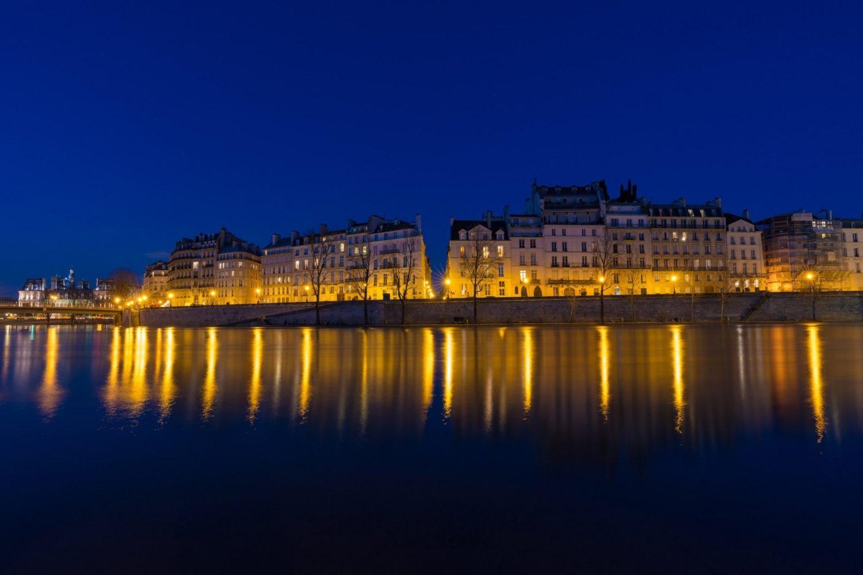 冬のセーヌに写り込んだサンルイ島&紺碧の夜空