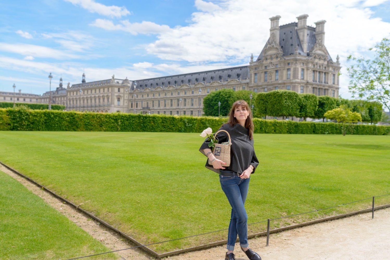 ジーンズが似合う40代パリジェンヌモデルとパリ1区で広告撮影