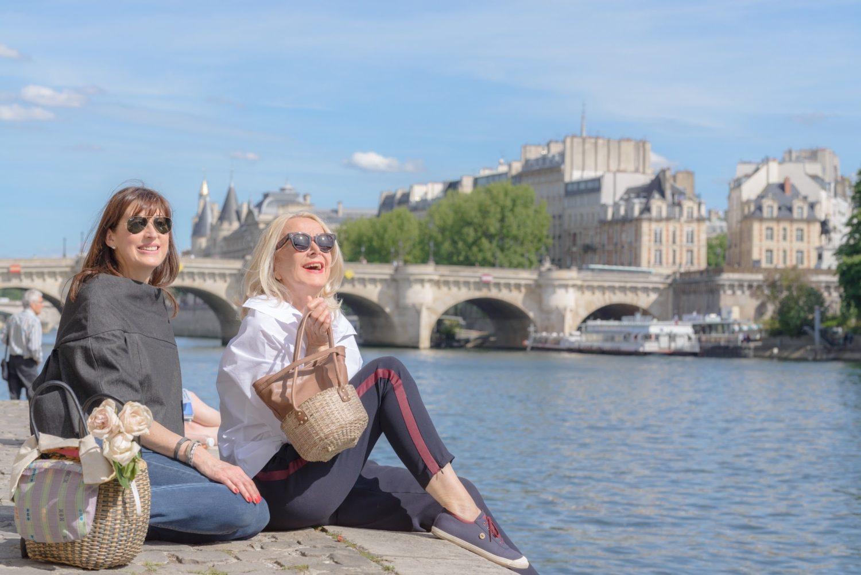 40&60代パリジェンヌモデルとパリ1区セーヌ川沿いで広告撮影