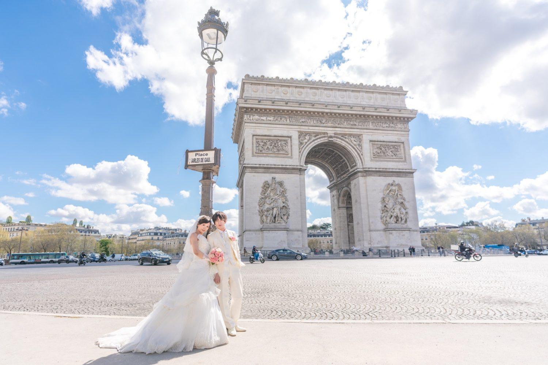 真夏の青空と凱旋門をバックに爽やかウェディングフォト in パリ