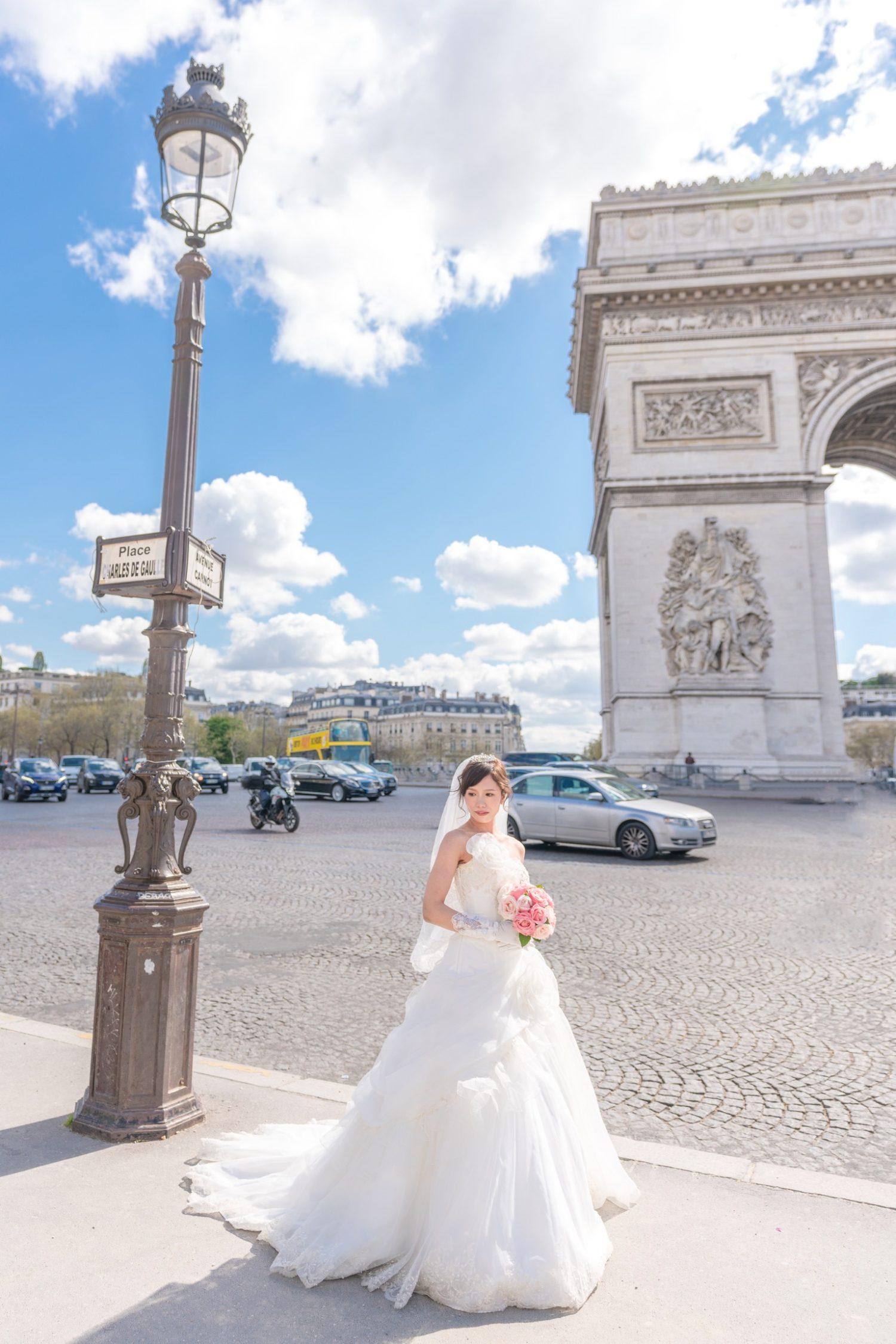 凱旋門で花嫁のお一人ウェディングポートレートフォト@パリ