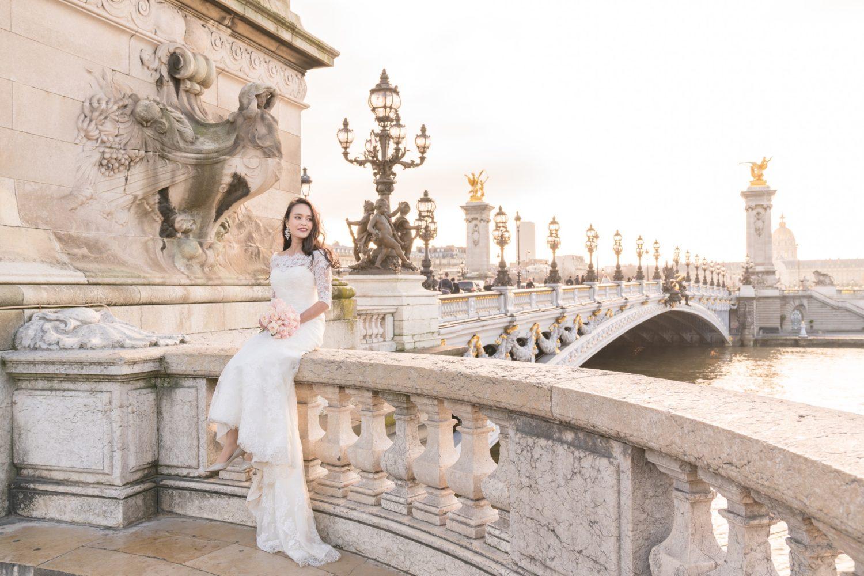 黄金の光に包まれた幻想的なパリを背景に花嫁のソロポートレート撮影