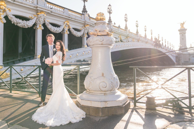 セーヌ河畔でアレクサンドル三世橋を背景にロマンチックウェディングフォト
