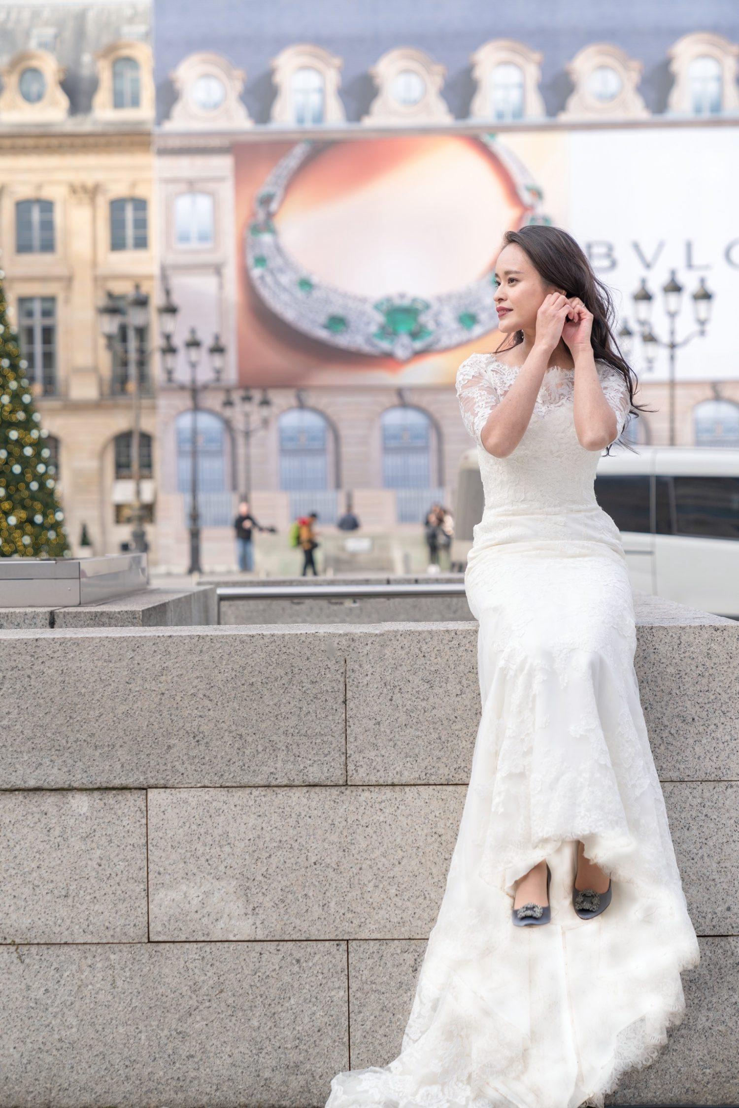 花嫁が衣装やアクセサリーを直す瞬間は自然体で撮るシャッターチャンス