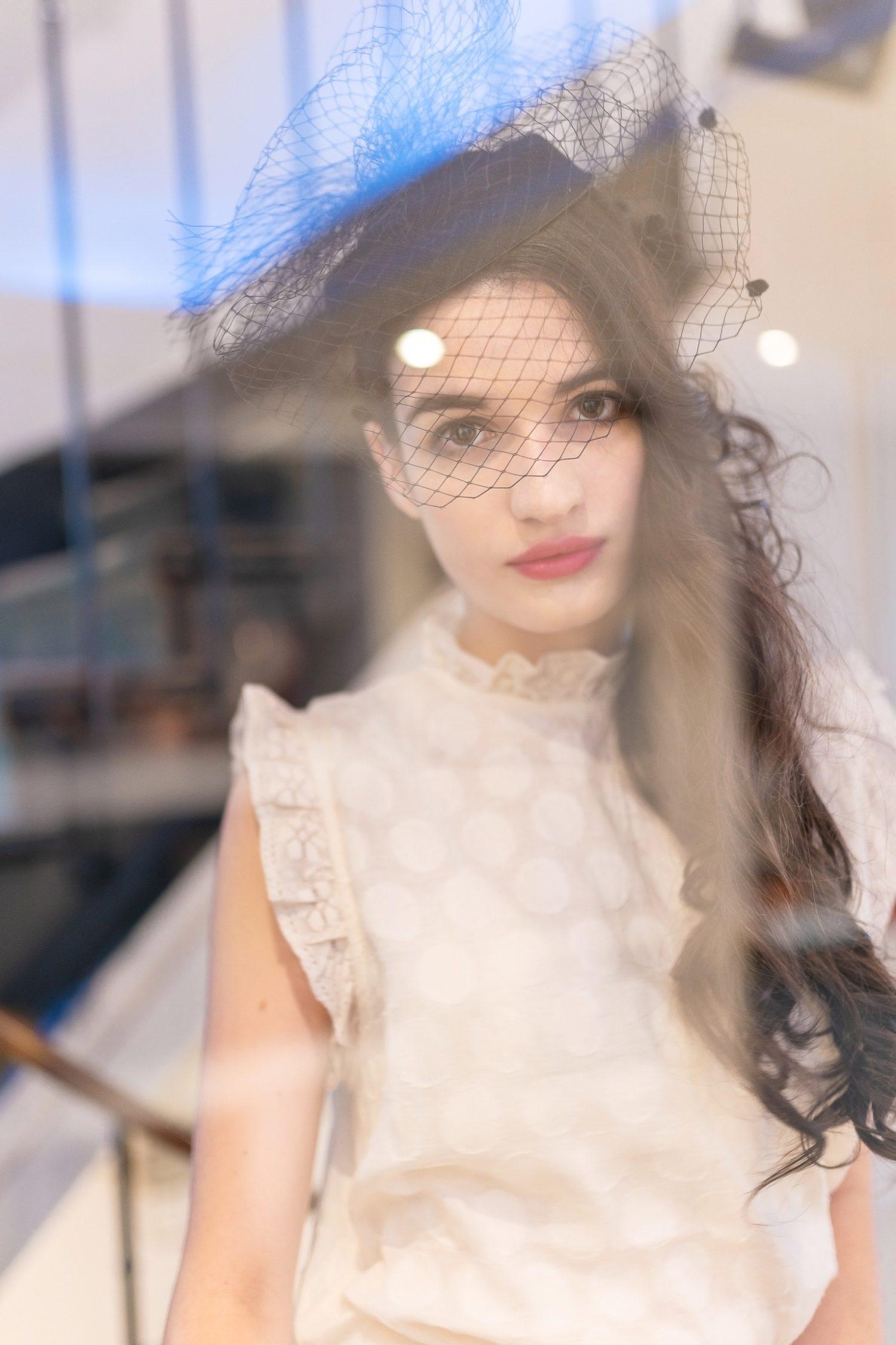 ガラスの映り込みを利用したテクニックで幻想的なポートレート写真へ