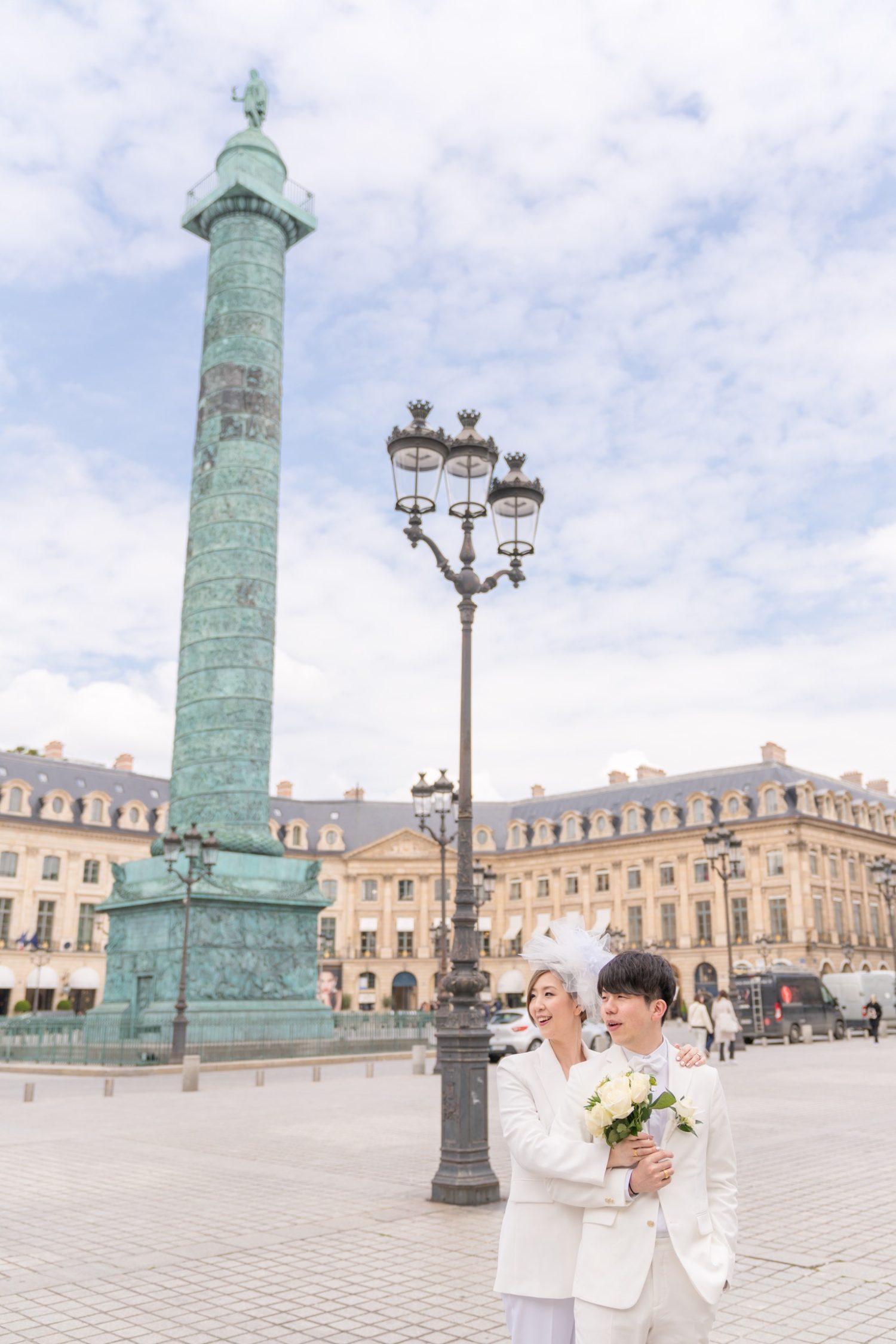 スーツ姿のウェディングフォトもパリの街並みにマッチしてオシャレ