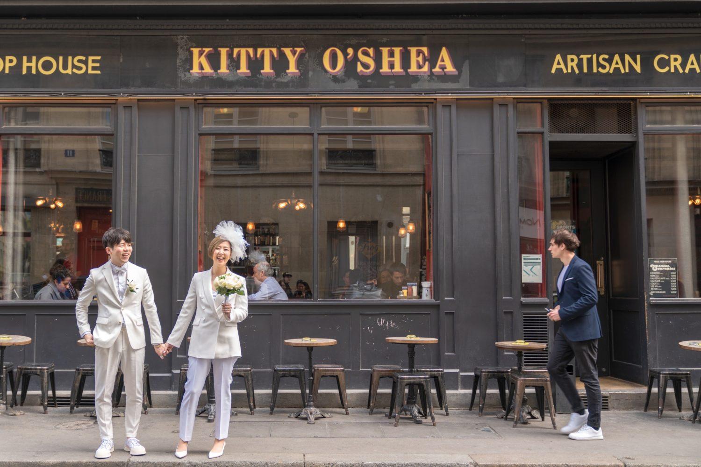カフェの前を散歩しながら撮影するスタイルもパリらしくて魅力的